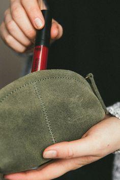 Du hast keine Lust mehr, Dein Puder oder Lippenstift ewig in Deiner Tasche zu suchen und herkömmliche Kosmetiktaschen sind Dir zu unhandlich? Dann haben wir hier die perfekte Lösung für Dein Problem. Unsere kleine und handliche Kosmetiktasche bietet genug Platz für Deine wichtigsten Make-up Utensilien für unterwegs und kommt darüber hinaus in einem tollen Design daher. Das stabile und robuste Büffelleder überzeugt als alltäglicher Begleiter, der so manche Strapazen problemlos standhält…