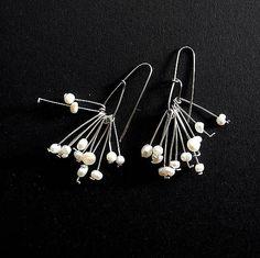 Náušnice z postriebreného medeného drätu a riečnych perličiek s priemerom 3 mm, háčik z nerezového drôtu...