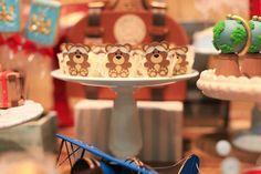 """Adoro as produções da Rachel Gomes e fiquei encantada com mais uma festinha que ela me mandou! Desta vez a idéia para comemorar o 1 aninho do pequeno Theodoro foi criar uma mesa """"Volta ao Mundo""""! O painel atrás da mesa de doces deu todo o charme e o astral para a festa, com cara …"""