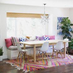 Adoramos a proposta de banco com cadeiras na sala de jantar! Ainda mais nessas cores  via Amber Interiors #warehouseama #inspiration #diningroom #homedecor #interiordesign