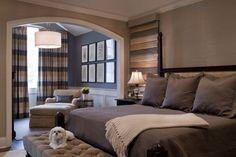chambre à coucher avec un grand lit tout confort et coussins