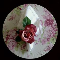 Delicado este sousplat com porta guardanapo de flor.Sônia Enxovais.