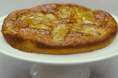 Peren zijn het ideale stukje fruit om te verwerken in gebak. Jeroens taart is ook geschikt voor beginners, want de bereiding is echt gemakkelijk. De taartbodem bestaat uit bladerdeeg en de vulling is niets anders dan een basis-cakebeslag. Voeg het fruit toe en laat de oven de rest doen. Met een laagje abrikozenconfituur erover krijgt je baksel extra glans.