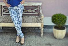 Um linda calça com estampa inspirada no design do famoso azulejo português, uma peça ousada e ao mesmo tempo básica. #moda #estampa