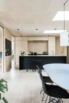 Favorittrom med svarte kontraster Barn Kitchen, Kitchen Dining Living, Modern Kitchen Design, Interior Design Kitchen, Timber House, Simple House, Minimalist Home, Home Kitchens, Kitchen Remodel