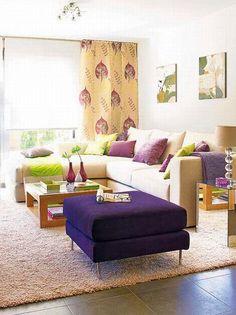 Pall i en annen farge enn sofaen fungerte faktisk veldig bra her! Fint at fargen gjenntas i pynteputer og gardiner.