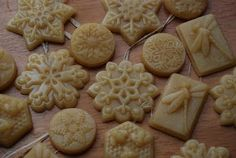 Beeswax ornaments for the christmas tree, tutorial on Homemade Serenity blog.
