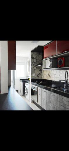 Cozinha moderna com armários em vidro vermelho e madeira concreto e revestimento mosaico cinza. Projeto Alcides Barrios.
