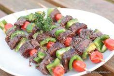 Brochette de boeuf marinée au barbecue Shish Kebab, Barbecue Grill, Barbecue Recipes, Bbq Rotisserie, Bbq Skewers, Backyard Bbq, Summer Recipes, Asparagus, Meal Prep