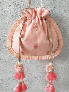 Diy Bag Designs, Potli Bags, Embroidery Bags, Diy Handbag, Bag Patterns To Sew, Beaded Bags, Fabric Bags, Girls Bags, Cotton Bag