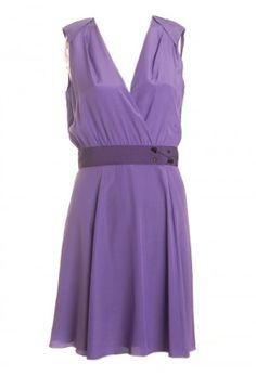 vestido curto com detalhes em ilhós