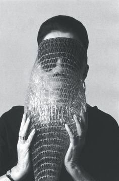 Lygia Clark com a máscara Abismo, para exposição no Paço Imperial, em 1986   (Foto: Associação Cultural O Mundo de Lygia Clark)