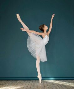 Meaning of the dream in which you see the Ballet. Detailed description about dream Ballet. Art Ballet, Ballet Dancers, Ballerinas, Ballet Pictures, Dance Pictures, Bolshoi Ballet, Dance Poses, Ballet Photography, Ballet Beautiful