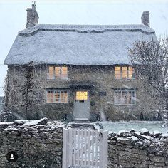Looks like that cute cottage from the film 'The Holiday' Looks like this cute little house from the movie & … My French Country Home, English Country Cottages, English Country Decor, English Countryside, British Country, Country Houses, Style Cottage, Cute Cottage, English Cottage Style