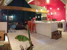 Dans une fermette en pleine campagne, Laura a aménagé un intérieur façon loft, trendy et coloré comme il faut. La maison de cette fan de DIY regorge d'astuces déco à reproduire chez soi. Visite en images.