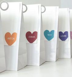 Wunderschöne kleine weisse Tütchen zum Verpacken von Gastgeschenken etc. für die Hochzeitstafel.  Papiertütchen im Format 10,5cm x 6cm x 17cm. Die ...