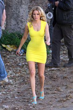 Copy Elizabeth Banks' Yellow Dress From 'Walk Of Shame' Elizabeth Banks, Elizabeth Hurley, Liz Banks, Walk Of Shame, Hot High Heels, Victoria Secret Fashion, Mellow Yellow, Yellow Dress, Vestidos