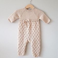 Knitting baby jumpsuit Login : Clover jumpsuit knitted by julia andresen Thank you for sharing! Patter Baby-Strickanleitung andresen baby Clover julia Jumpsuit Knitted Knitting Kostenlose Strickanleitung für Baby-Overall Login Patter sharing Knitting For Kids, Baby Knitting Patterns, Baby Patterns, Knitted Baby Outfits, Knitted Baby Clothes, Baby Jumpsuit, Baby Dress, Romper, Style Baby