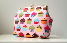 """Poseta Clutch """"Sweet Cupcakes"""" Sweet Cupcakes, Purse Styles, Diva Fashion, Lifestyle Blog, Clutches, Coin Purse, Old Things, Purses, Shoe Bag"""
