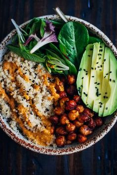 Buddha Bowl mit Quinoa, Sesam, Kichererbsen, Spinat und Avocado #vegan