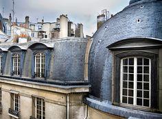 """Alpina Feine Farben No. 06 – Dächer von Paris. """"Wenn der liebe Gott sich im Himmel langweilt, dann öffnet er das Fenster und betrachtet die Boulevards von Paris"""" (Heinrich Heine). Den Blick auf die poetisch anmutenden Pariser Graubraun-Facetten erlebt man vom Eiffelturm  aus bis zu 276 Metern Höhe oder vom Tour Montparnasse aus 210 Metern Höhe. Die Farben der Stadt sehen – und sich wie Gott über Frankreich fühlen. #Design #DIY #Farbe #Einrichten #Wohnen #Inspiration #Premium #Innenfarbe…"""