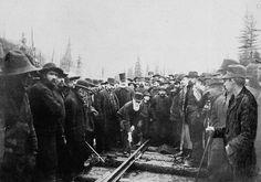 À Craigellachie, C.-B, Donald A. Smith Lord Strathcona enfonce le dernier crampon du chemin de fer du CPR. Le premier crampon est tordu et doit être remplacé. Le plus long réseau ferroviaire du monde. La première ligne ferroviaire et transcontinentale en Amérique du Nord qui rejoint l'Est du Canada à la Côte Pacifique est achevée. La ligne coupe en effet à travers les Montagnes Rocheuses, d'immenses forêts et de vastes marécages sur la majeure partie de ses 4 611 kilomètres.