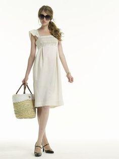 Robe American Retro - Robes 2007: sélection de modèles trendy - Petit côté romantique pour cette robe à smocks revisitée. Son jeu de pinces élégant et sa ligne appuyée sous la poitrine lui confèrent un charme angélique. On adore ! On aime : la ligne glamour et la taille sous la poitrine...
