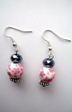 boucles d'oreille perles porcelaine à fleurs roses et perles à facettes noires : Boucles d'oreille par orel-lyly