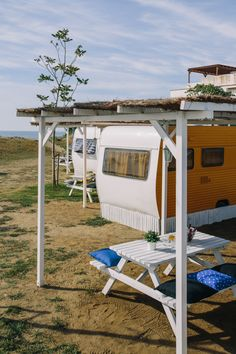 Caravanas Vintage frente al mar. Surfing, Camping, Glamping, Camper Van, Campsite, Surf, Surfs Up, Campers, Tent Camping