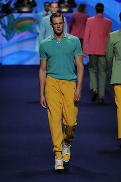 Etro Man Spring Summer 15 Fashion Show Fashion Runway Show, Men Fashion Show, Latest Mens Fashion, Man Fashion, Mens Yellow Pants, Ss 15, Men's Collection, Men's Style, Warehouse