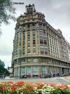 Edificio de la antigua Caja De Ahorros de Zaragoza Aragón y Rioja. Forma la esquina de Gran Vía con Sagasta.