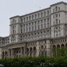 Le Palais du Parlement de Bucarest, un incontournable du tourisme en Roumanie Le Palais, Louvre, Europe, Building, Travel, Bucharest, Romania, Universe, Tourism