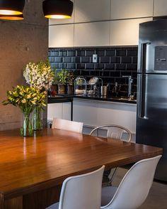 """Apartamento super contemporâneo com ambientes integrados. O revestimento """"metrô""""…"""
