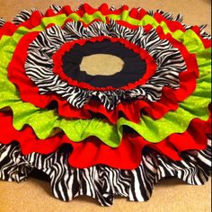 No-sew ruffle tree skirt-I'd use diff colors but like the look Christmas Love, Winter Christmas, All Things Christmas, Merry Christmas, Christmas Projects, Holiday Crafts, Holiday Fun, Textiles, Christen