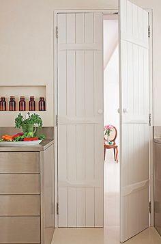 Dentro do apartamento paulistano da designer de interiores Maristela Gorayeb, a sensação é de se estar em uma casa antiga do interior de São Paulo. Isso porque ela colocou portas de folhas duplas feitas de vigas de madeira peroba-rosa de demolição