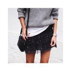 Une mini-jupe aux motifs étoilés