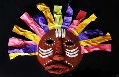 Afrikaanse masker mix Diverse kleuren, zowel het masker, de haren als de strepen; niets staat vast. Je mag je eigen fantasie de vrije loop laten gaan en samen met ons Afrikaanse maskers maken.