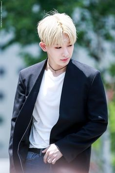 """Wonho - He so often looks like a painting when the pic catches him in these moments.. his """"stillness""""...   he looks like art..  like a painting you'd see on the wall of a great museum, from the Renaissance or some other ancient time.."""