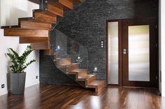 Escada de madeira em L, com corrimão de vidro. Um charme! Quer ver mais?!   https://www.homify.com.br/livros_de_ideias/64932/10-escadas-com-design-avassalador