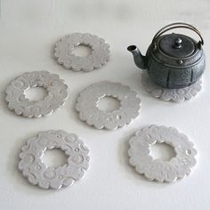 hot plates -- could make with shapes from cookie cutter Ceramic Tools, Ceramic Clay, Slab Pottery, Ceramic Pottery, Pottery Handbuilding, Ceramic Workshop, Play Clay, Pottery Techniques, Pottery Classes