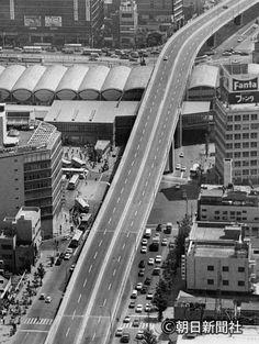 高速三号線をくぐる日本一長い歩道橋ができる渋谷駅付近=1967年