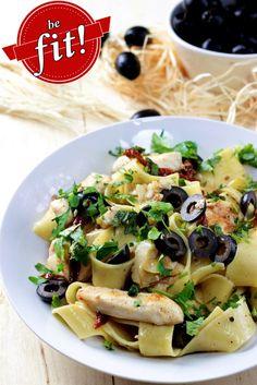 http://ostra-na-slodko.pl/2015/10/22/pappardelle-z-grillowanym-kurczakiem-suszonymi-pomidorami-i-oliwkami-dietetyczne-be-fit/