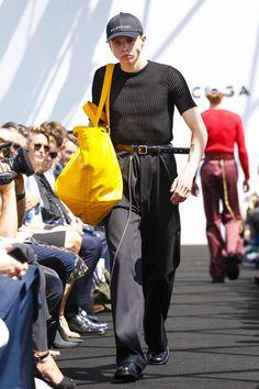 Discover NOWFASHION, the first real time fashion photography magazine to publish exclusive live fashion shows. Get to see the latest fashion runways in streaming! Live Fashion, Boy Fashion, Fashion News, Fashion Design, Street Fashion, Alexander Wang, 1960s Mod Fashion, Balenciaga Spring, Balenciaga Mens