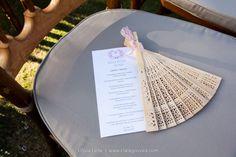Leques para os convidados na cerimônia do lindo casamento da Leila com o Bira, realizado de frente para o mar de Porto de Galinhas! #casamento #leques #mimos #lembrancinhas #destinationwedding #casamentonapraia #cerimonia #wedding #noivinhasdeluxo