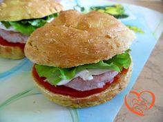 Panino semplice con hamburger di tacchino http://www.cuocaperpassione.it/ricetta/ce391f4c-9f72-6375-b10c-ff0000780917/Panino_semplice_con_hamburger_di_tacchino