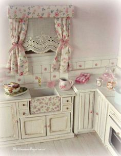 Shabby chic kitchen in scale. So pretty in pink. Miniature Rooms, Miniature Kitchen, Miniature Furniture, Dollhouse Furniture, Mini Kitchen, Kitchen Sink, Cocina Shabby Chic, Muebles Shabby Chic, Shabby Chic Kitchen