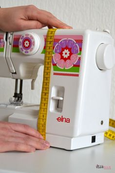 Da meine Tochter zu Weihnachten eine Kindernähmaschine bekommen hat, fehlte natürlich noch eine passende Nähmaschinenhaube für die neue Errungenschaft. Da es für eine Kindernähmaschine kein Schnitt…