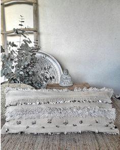 XL RÉSERVÉ handira oreiller sahla couverture par azulbereber - New Deko Sites Moroccan Bedroom, Moroccan Decor, Moroccan Lanterns, Moroccan Interiors, Moroccan Tiles, Personalized Pillows, Custom Pillows, Moroccan Wedding Blanket, Bedroom Blinds