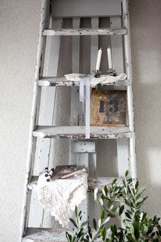 need a rustic ladder Shabby Chic Homes, Shabby Chic Decor, Vintage Decor, Rustic Decor, Farmhouse Decor, Old Wooden Ladders, Old Ladder, Vintage Ladder, Ladder Display