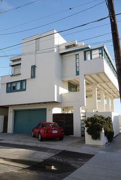 Side elevation of Rudolph Schindler's Lovell Beach House.  Photo by eli.pousson, via Flickr